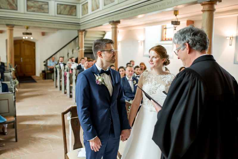 Braut und Bräutigam bei der kirchlichen Trauung