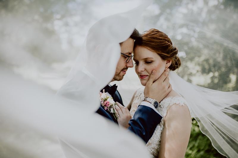 Braut und Bräutigam mit langem Schleier